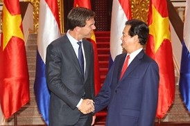 Prime Minister Nguyen Tan Dung  greets his Dutch counterpart Mark Rutte_2